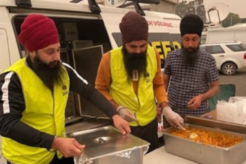 Sikh Volunteers Australia Are Giving Free Meals to Fire Victims & Firefighters on Site